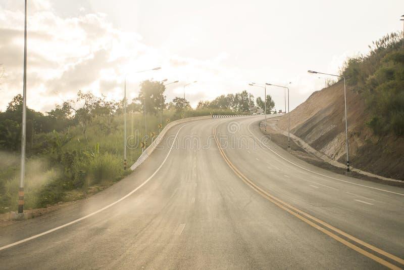 Carretera del camino alrededor del fondo del bosque Recorrido en Tailandia foto de archivo