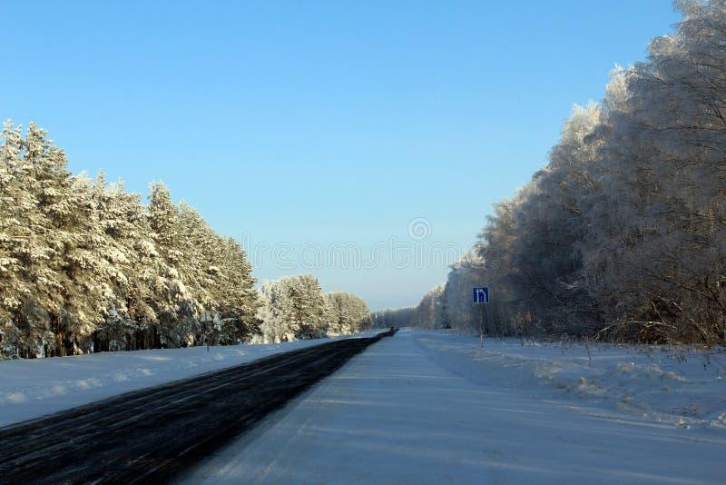 Carretera del invierno en un día frío soleado fotografía de archivo