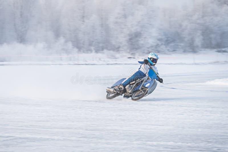 Carretera del invierno Impulsión no marcada de los corredores en el camino del hielo imagen de archivo libre de regalías
