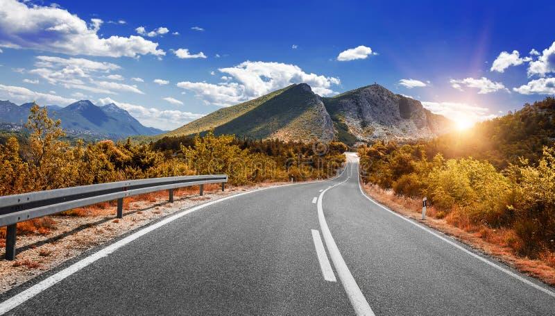 Carretera del país en el otoño Camino en la caída foto de archivo
