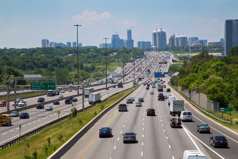 Carretera 401 durante el día imágenes de archivo libres de regalías