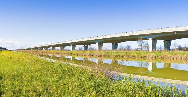 Carretera elevada construida construida a lo largo de un río con la estructura concreta prefabricada reforzada Italia - visión pa imágenes de archivo libres de regalías