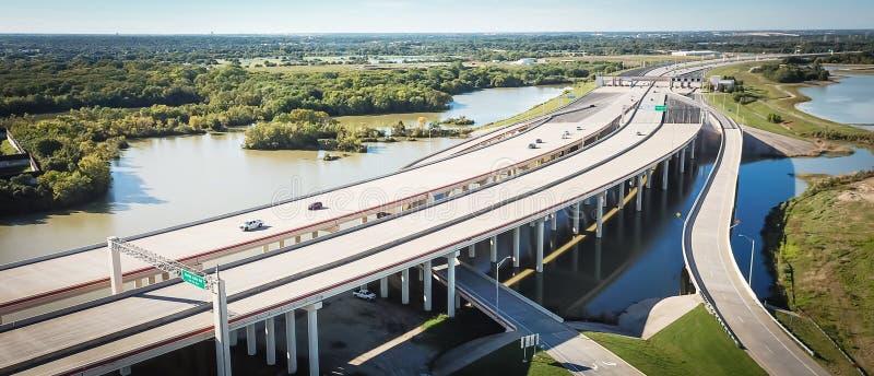 Carretera elevada panorámica de la visión superior con el pilar con zona de la inundación imagen de archivo libre de regalías