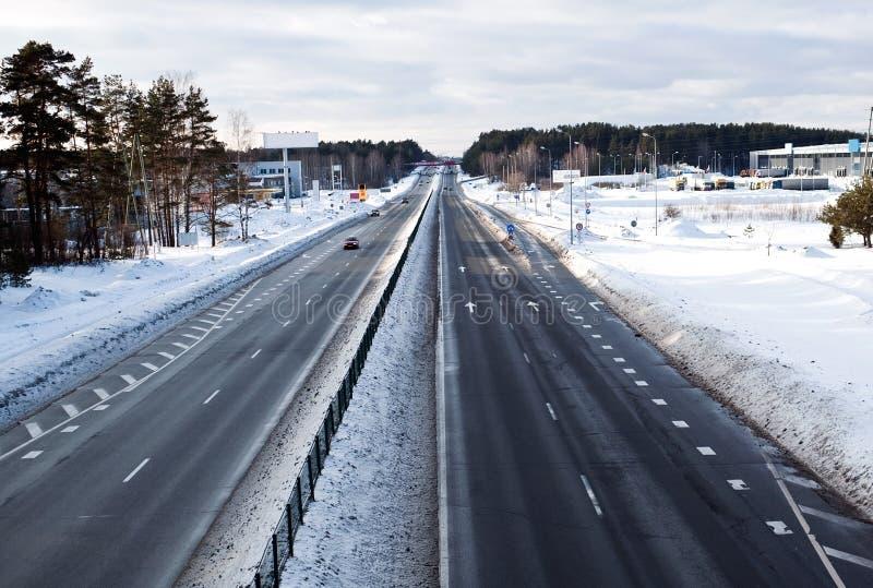 Carretera en invierno en Europa Oriental fotografía de archivo