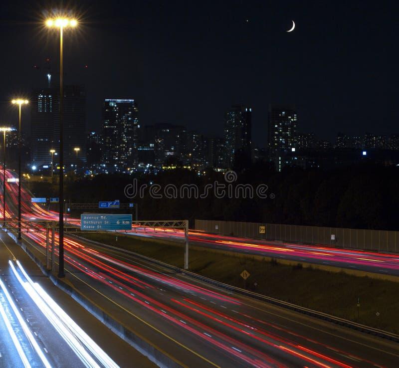 Carretera 401 en la noche con la luna creciente imagen de archivo libre de regalías