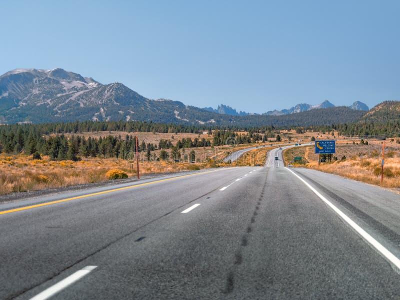 Carretera estatal 395 de California con los picos de montaña en la distancia foto de archivo libre de regalías