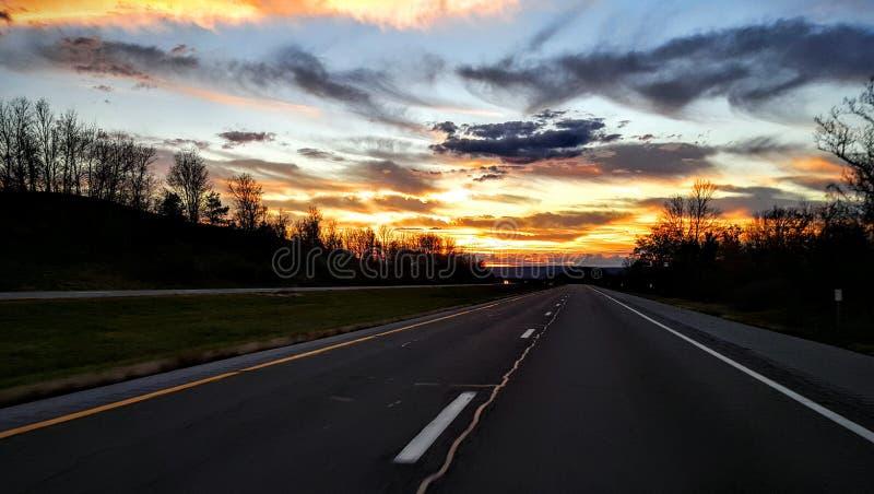 Carretera a la puesta del sol divina imágenes de archivo libres de regalías