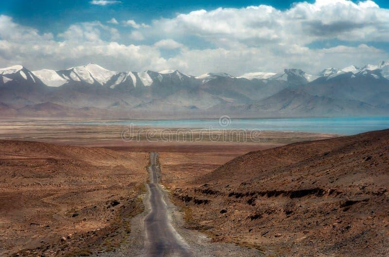 Carretera larga M41, hdr admitido admitido de Pamir de Tayikistán en agosto de 2018 imagen de archivo