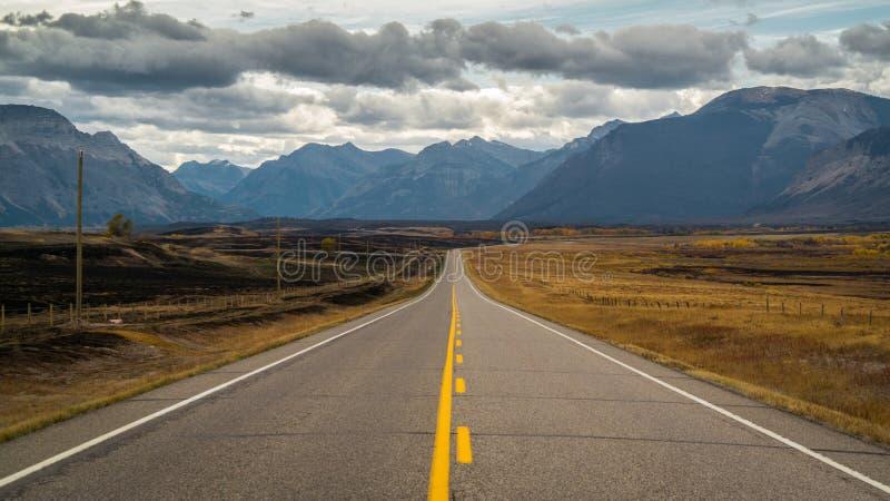 Carretera a las montañas fotografía de archivo libre de regalías