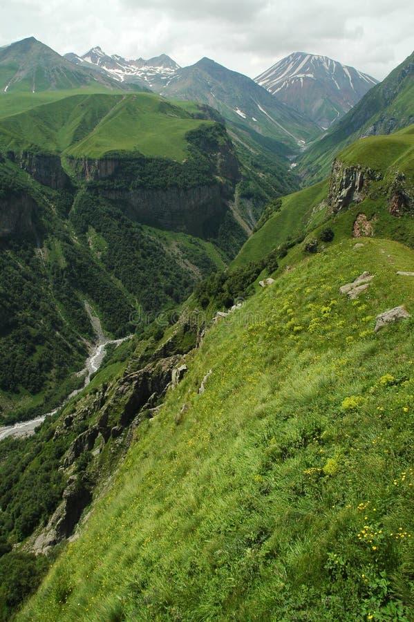 Carretera militar georgiana, montañas del Cáucaso imagen de archivo libre de regalías