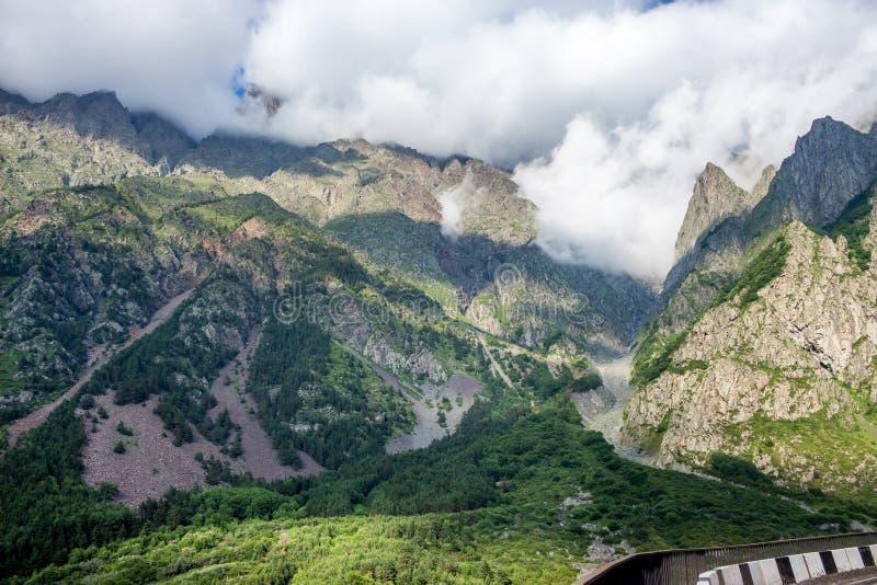Carretera militar georgiana, montañas del Cáucaso fotografía de archivo