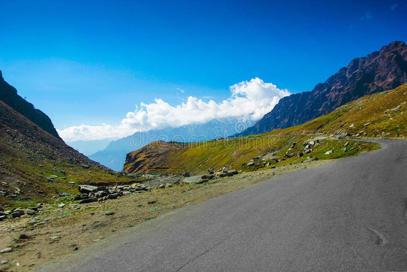 Carretera montañosa con el pasto verde y cielo azul en la manera a Himalaya del camino, ladakh del leh de Himachal del turismo de imagenes de archivo