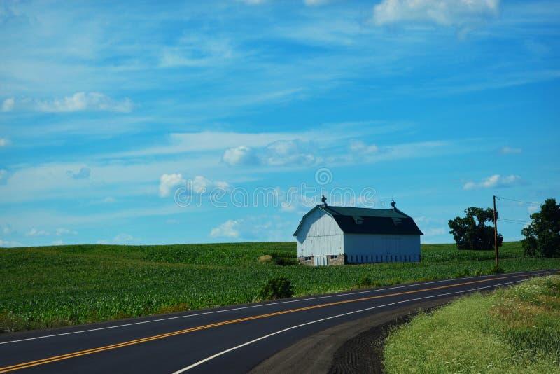 Carretera nacional blanca del granero fotografía de archivo