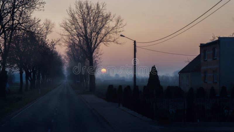 Carretera nacional brumosa en el amanecer imágenes de archivo libres de regalías