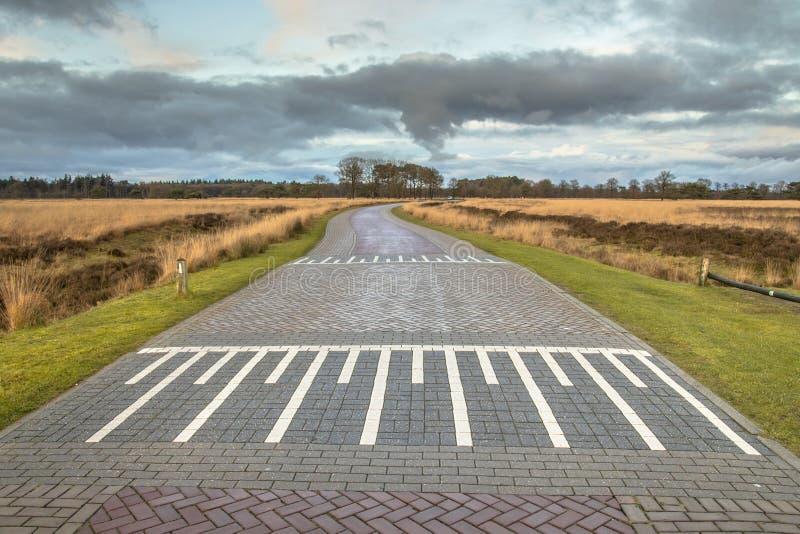 Carretera nacional con el badén fotos de archivo