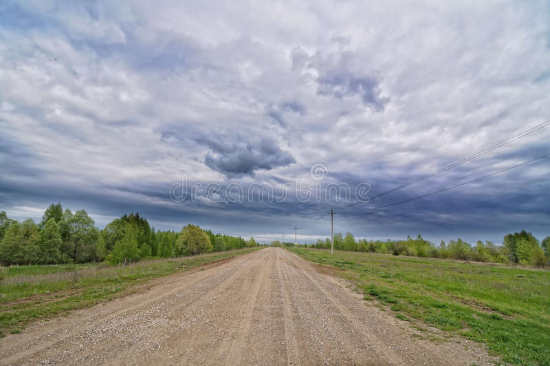 Carretera nacional con el cielo nublado fotografía de archivo