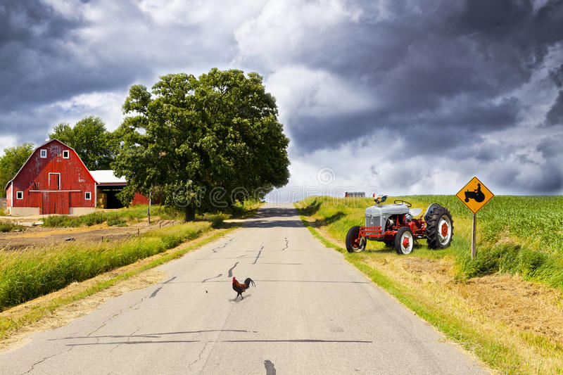 Carretera nacional con el granero rojo fotos de archivo