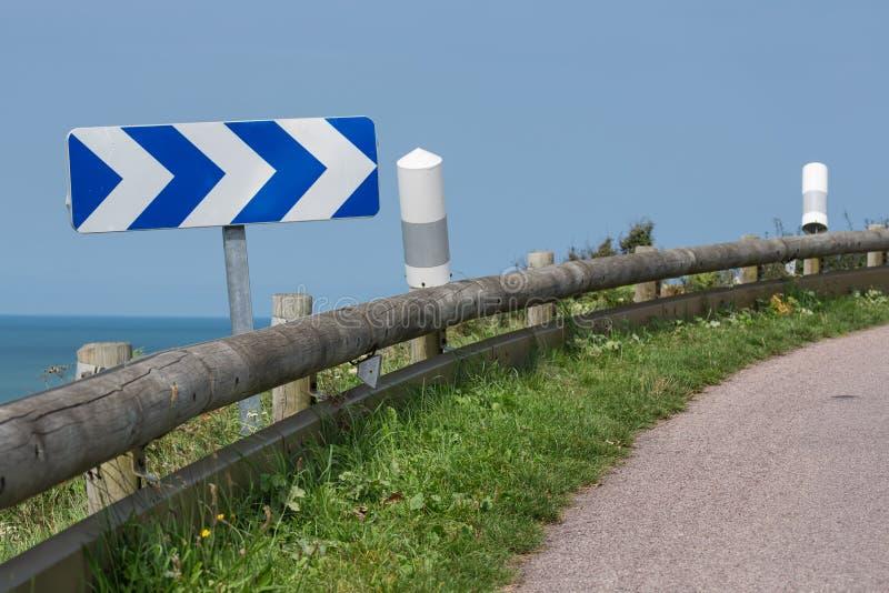 Carretera nacional con la señal de tráfico cerca de la costa de Normandía, Francia imagen de archivo libre de regalías