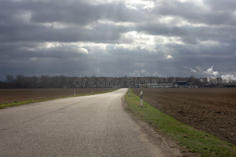 Carretera nacional con paisaje alemán montañoso en gusanos foto de archivo libre de regalías