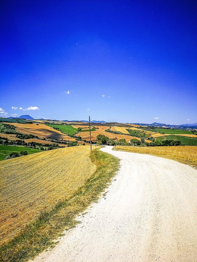 Carretera nacional en la región de Marche en el mar adriático, Italia fotografía de archivo
