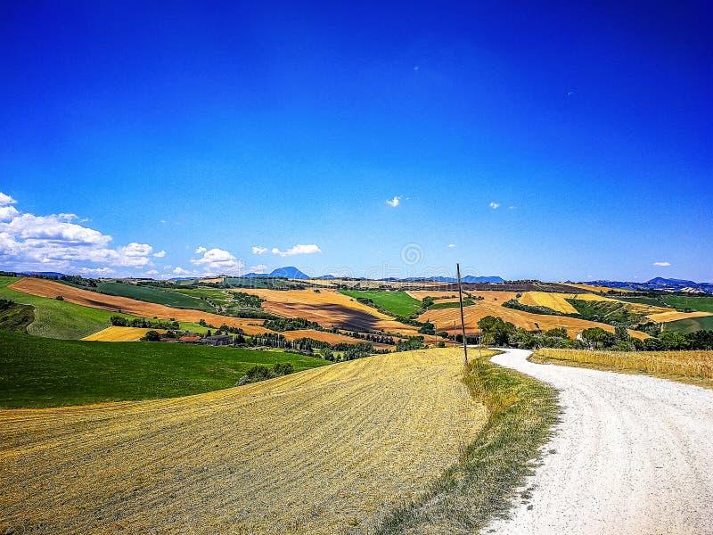 Carretera nacional en la región de Marche en el mar adriático, Italia imagen de archivo libre de regalías