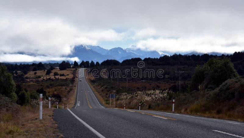 Carretera nacional en las montañas en Nueva Zelanda fotografía de archivo
