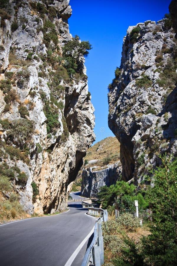 Carretera nacional en montañas fotografía de archivo libre de regalías