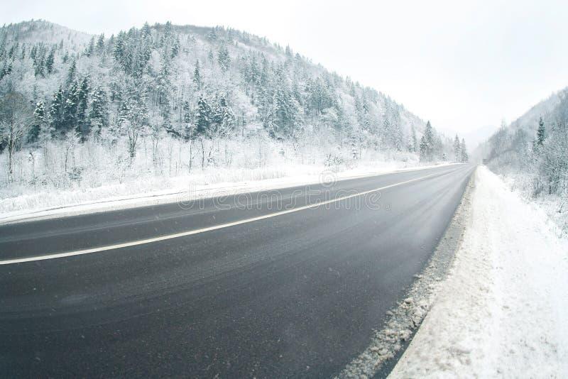 Carretera nacional en nevoso imagenes de archivo