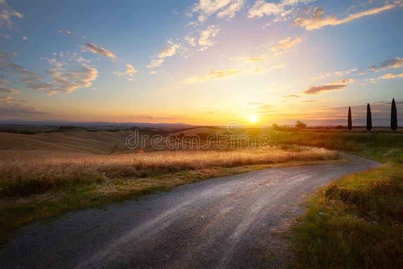 Carretera nacional hermosa de la bobina que lleva a través de campo rural imagenes de archivo