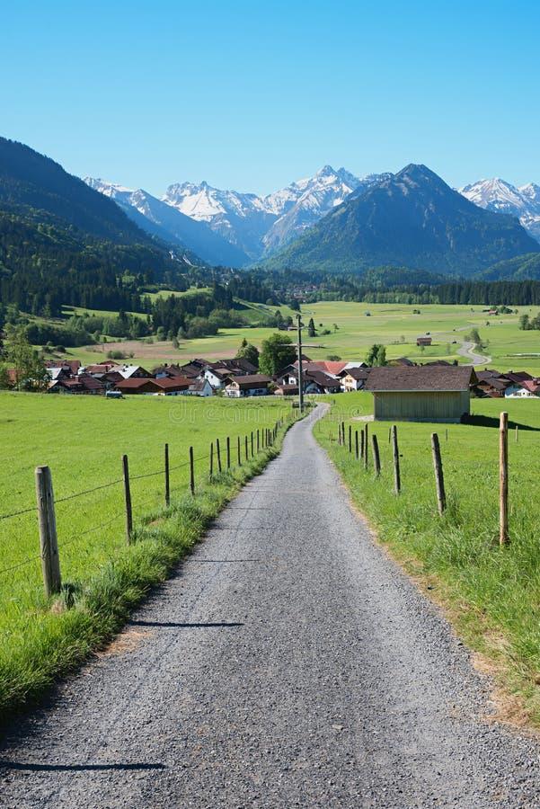 Carretera nacional sobre pueblo del rubi cerca de oberstdorf imágenes de archivo libres de regalías