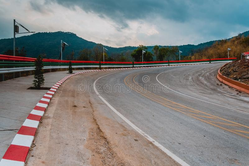 Carretera nacional a través del bosque al top de la alta montaña, carretera famosa en Loei Tailandia, cuerpo de los centenares de fotografía de archivo