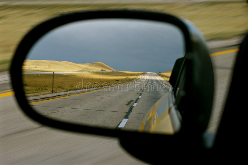 Carretera nacional vacía en espejo de la vista lateral fotos de archivo