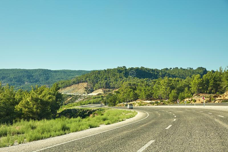 Carretera pintoresca de la montaña con el camino vacío del asfalto del bosque imagenes de archivo