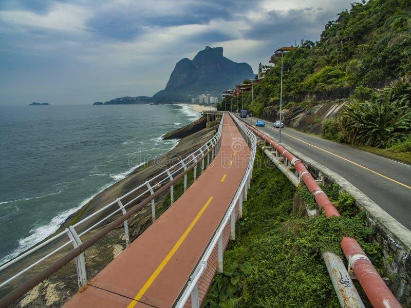 Carretera por el mar Trayectoria maravillosa del camino y de la bici Trayectoria de la bici de Tim Maia en la avenida de Niemeyer fotos de archivo