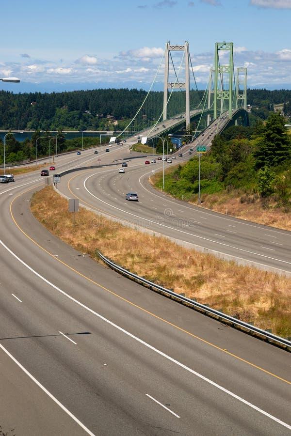 Carretera 16 Puget Sound que cruza sobre el puente de estrechos de Tacoma foto de archivo