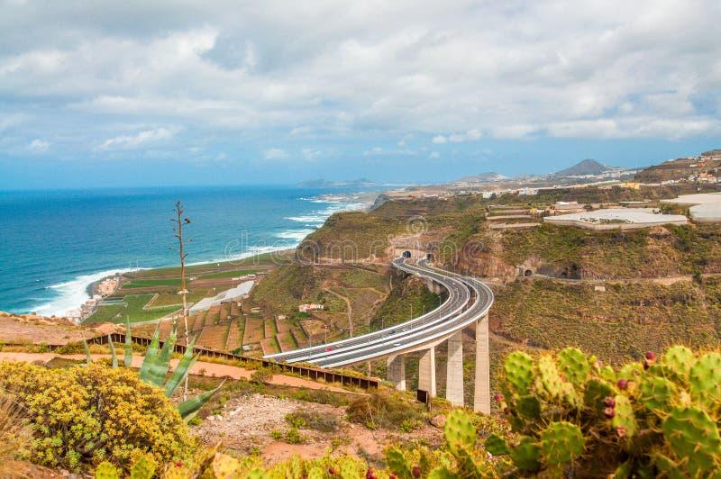 Carretera que lleva a través de las colinas de Gran Canaria foto de archivo