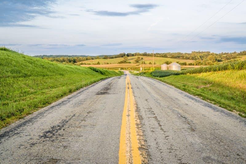 Carretera rural a través de las tierras de labrantío de Missouri fotos de archivo libres de regalías