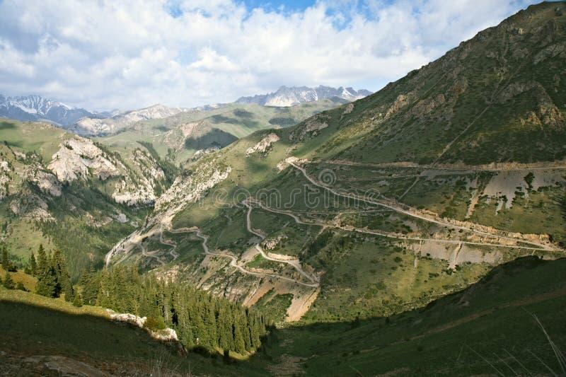 Carretera serpentina en montañas del Shan de Tian imagen de archivo libre de regalías
