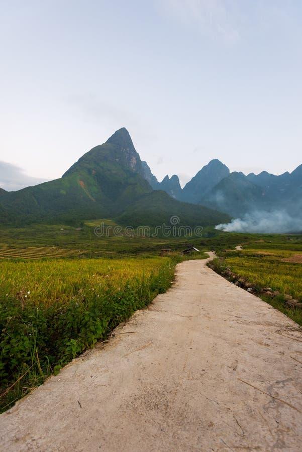 Carretera sucia a través de Fansipan Range, Vietnam. fotos de archivo