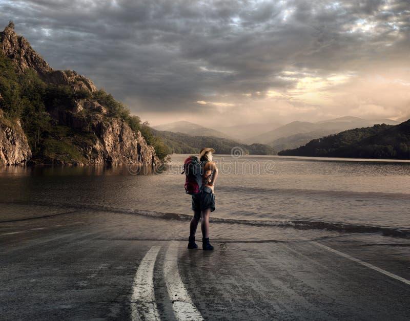 Carretera a un lago foto de archivo libre de regalías
