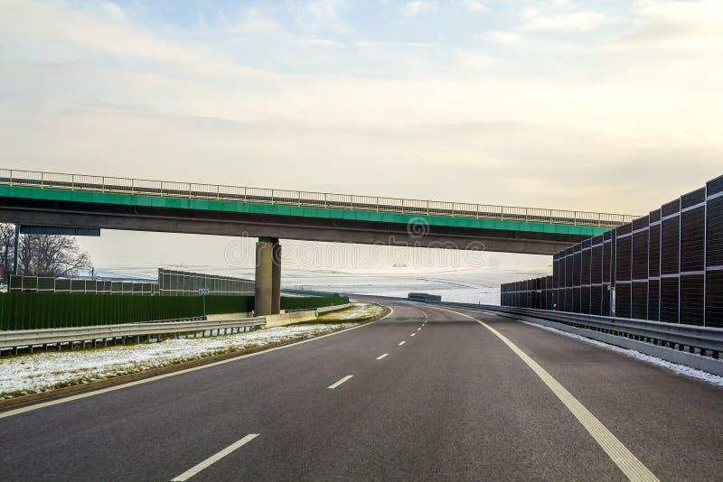 Carretera vacía lisa ancha moderna del asfalto que estira al horizonte u imagenes de archivo