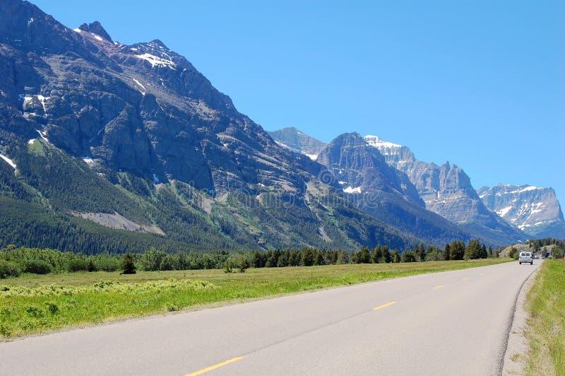 Carretera y montañas foto de archivo