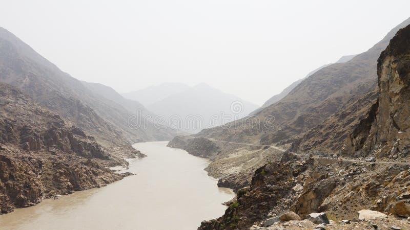 Carretera y río Indo de Karakorum imágenes de archivo libres de regalías