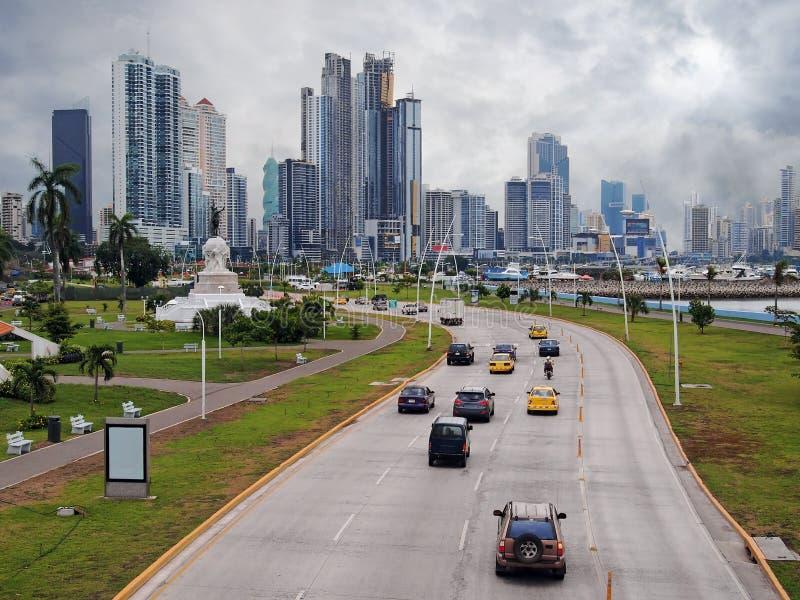 Carretera y rascacielos en ciudad de Panamá fotografía de archivo libre de regalías