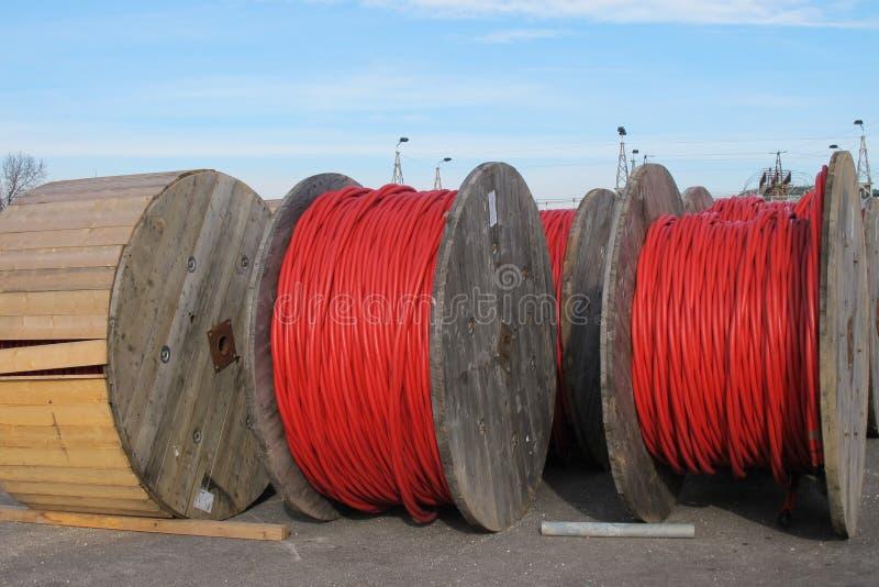 Carretes de cable eléctrico rojos para el transporte de la electricidad alto imágenes de archivo libres de regalías