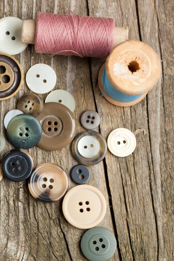 Carretes de cuerdas de rosca y de botones fotografía de archivo