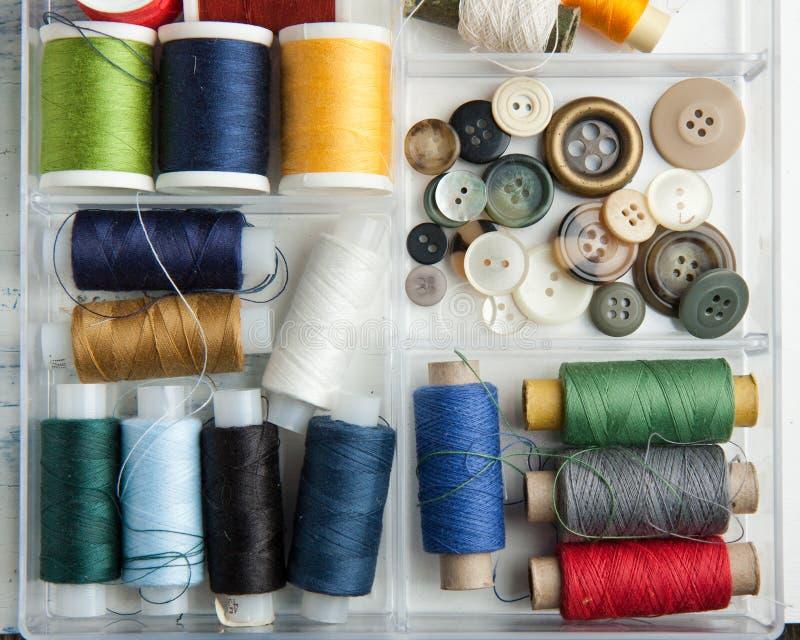 Carretes de cuerdas de rosca y de botones foto de archivo libre de regalías