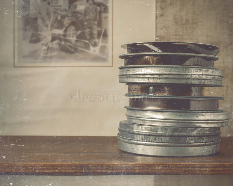 Carretes de la mentira de la película en el estante imagen de archivo libre de regalías