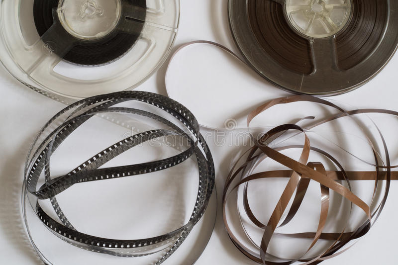 Carretes viejos con la película blanco y negro y la cinta magnética imágenes de archivo libres de regalías