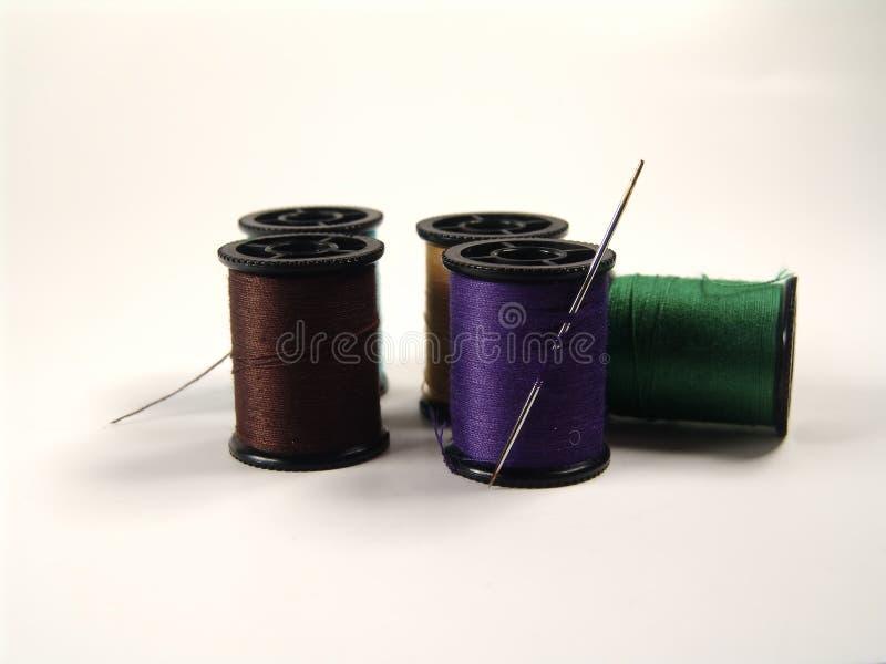 Carretes y aguja coloreados fotos de archivo